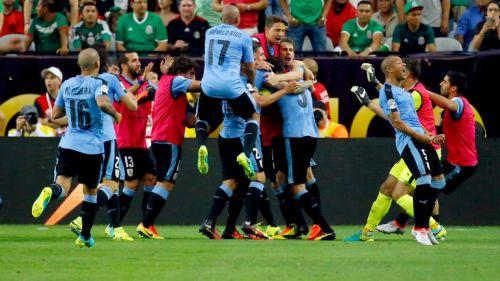 Jugadores uruguayos festejando el tanto de Godín
