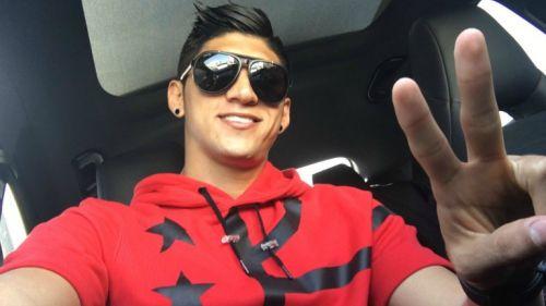 Alan Pulido tomando una selfie en su automóvil