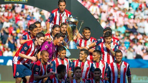 Jugadores de Chivas posan con el trofeo de la Supercopa MX