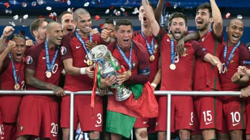 Portugal celebra con el trofeo de la Euro 2016
