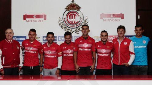 Refuerzos del Toluca posan con la nueva playera