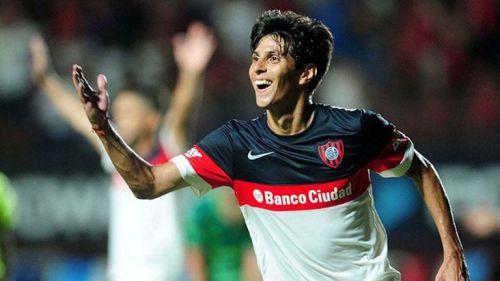 El Pitu Barrientos celebra un gol con el San Lorenzo