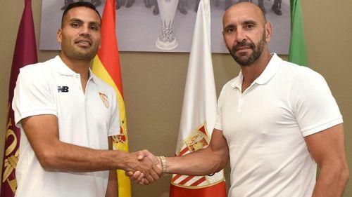 Gabriel Mercado posa tras firmar contrato con Sevilla