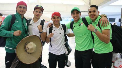 ec4e32f80b Boxeadores posan con el uniforme de la delegación mexicana