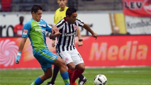 Fabián y Chicharito pelean un balón en partido de la Bundesliga