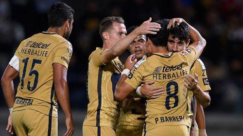 Jugadores de la UNAM festejan tras un gol contra W Connection