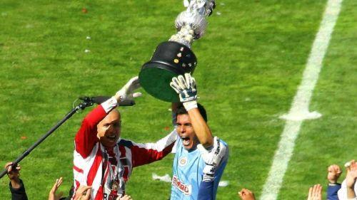 Oswaldo Sánchez levanta el trofeo de Campeón con Chivas
