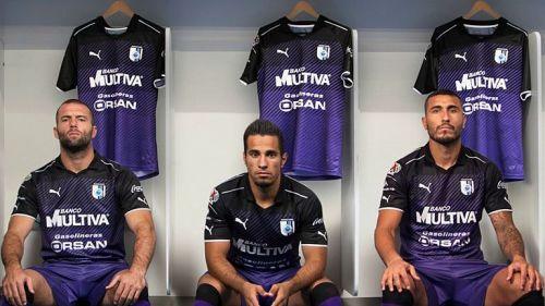 Jugadores de Querétaro posan con su nueva playera de0653b3f8eba
