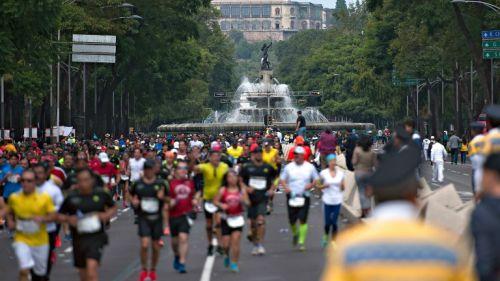 Corredores participan en el Maratón de la Ciudad de México