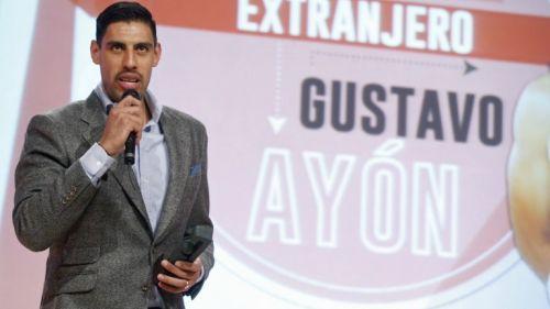 Gustavo Ayón dando su discurso después de ganar un premio