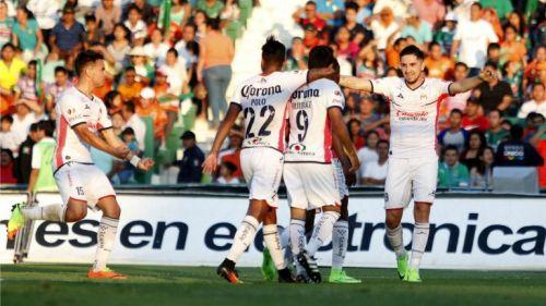 Jugadores de Morelia festejan un gol contra Jaguares