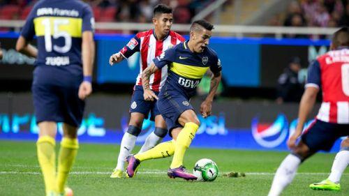 Centurión conduce el balón en partido amistoso contra Chivas