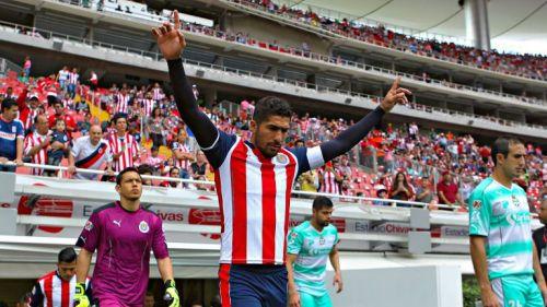 Jair Pereira sale al campo durante el partido contra Santos
