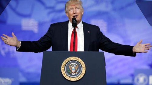 Donald Trump habla en una conferencia de prensa