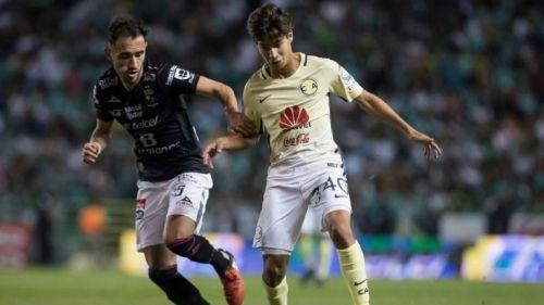 Diego Lainez disputa un balón en el partido frente a León
