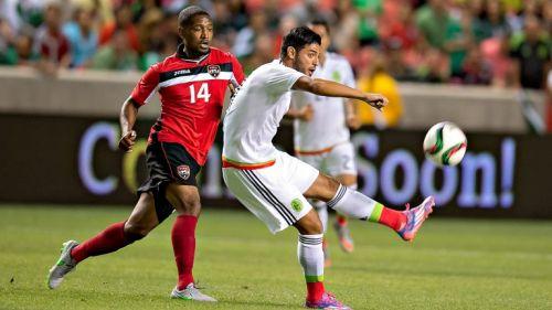 Vela dispara a la portería en un juego contra Trinidad y Tobago