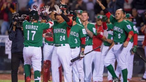 Los jugadores de México celebran un home run de Quiroz