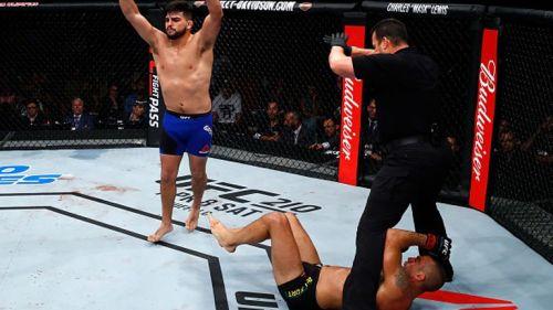 Kelvin Gastelum celebra tras noquear a Belfot en UFC Fortaleza
