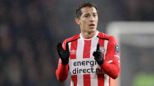 Andrés Guardado aplaude durante el juego entre PSV y Vitesse