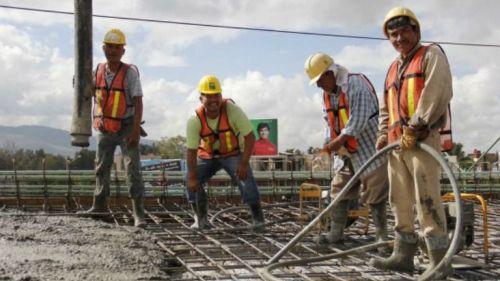 albañiles trabajando en un obra de construcción