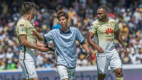Diego Lainez habla con Peralta y Da Silva