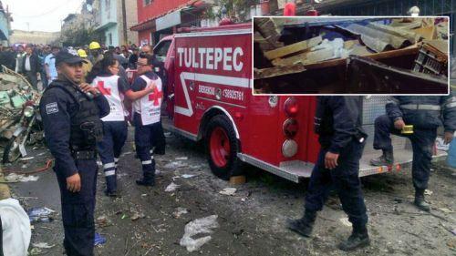 Bomberos de Tultepec asisten a la explosión para sofocar el fuego