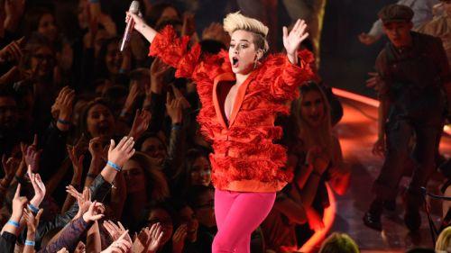 Katy Perry levanta al público en un concierto