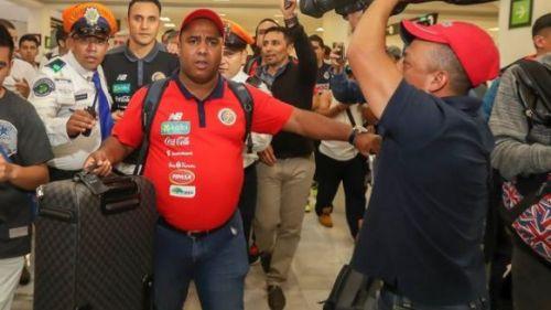 Cristian Williams, jefe de prensa de la selección de Costa Rica a su llegada al AICM