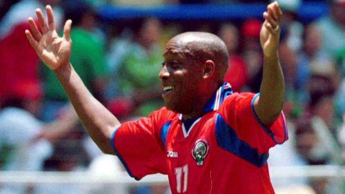 Hernán Medford celebra el gol frente a México en el Estadio Azteca