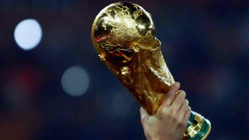 El trofeo de la Copa del Mundo es alzado tras ser ganado por España en Sudáfrica 2010