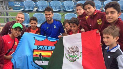 Diego Reyes convive con los pequeños del Rafe Club