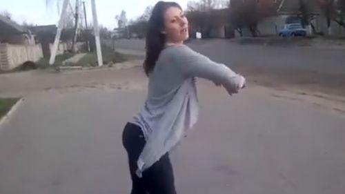 Chica hace twerking  en la calle
