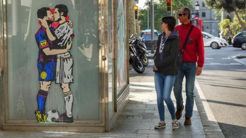 Así luce el beso entre Cristiano Ronaldo y Lionel Messi