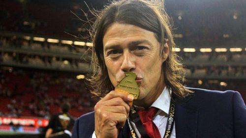 Almeyda besa su medalla tras ganar la Copa MX
