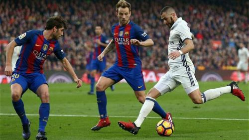 Benzema, a punto de rematar frente al club culé