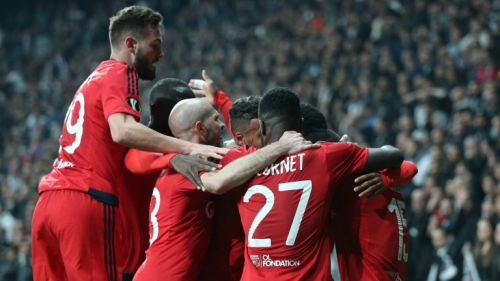 Jugadores del Lyon celebran el gol del empate contra Besiktas