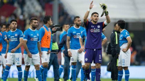Los jugadores de Cruz Azul agradecen a su afición tras un partido