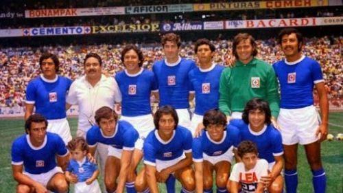 El Cruz Azul de los setentas posa en el Estadio Azteca