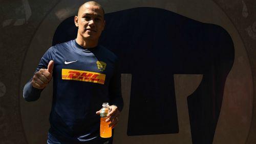 Dario Verón saluda a la cámara tras un entrenamiento de Pumas