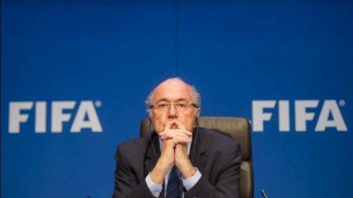 Joseph Blatter se muestra pensativo durante conferencia
