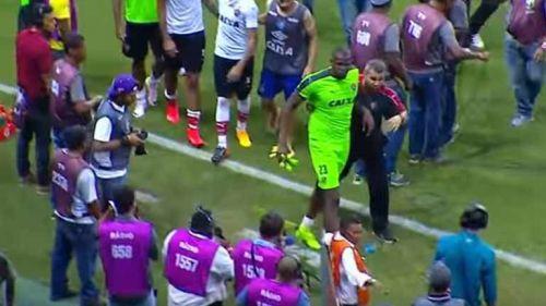 Bahía y Vitoria protagonizan episodio violento en futbol brasileño. Prensa  abre paso para que los jugadores se vayan a los vestidores 9560af692f8