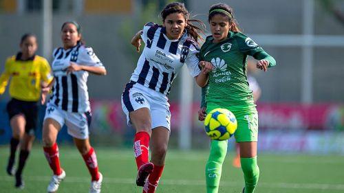 Daniela Espinosa conduce el balón contra Monterrey