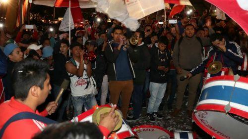 Aficionados de Chivas alientan a su club