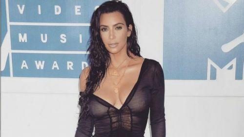 Kim Kardashian posa previo a un evento
