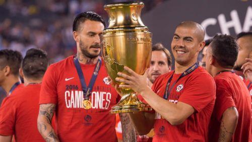 Francisco Silva carga el trofeo de la Copa América Centenario tras ser Campeón