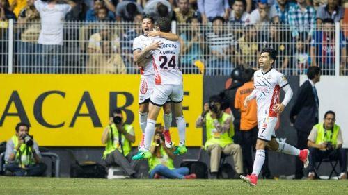 Godínez y Jiménez celebran un gol de Lobos BUAP