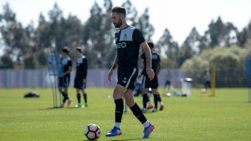 Layún conduce un balón durante un entrenamiento con el Porto