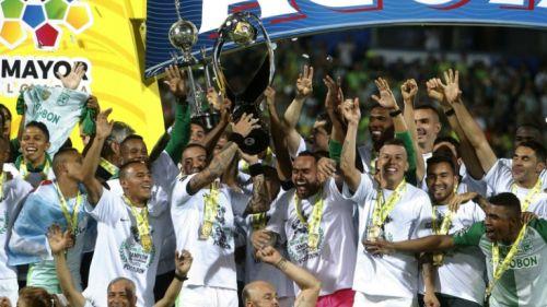 Los jugadores de Atlético Nacional levantan el trofeo de Campeones