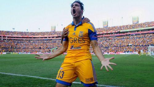 Antonio Briseño festeja un gol con Tigres