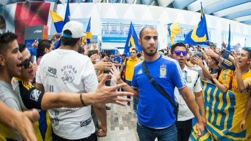 Pizarro saluda a aficionados de Tigres en el aeropuerto de Monterrey